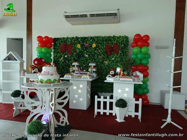 Decoração infantil tema Jardim Encantado em mesa provençal com muro inglês