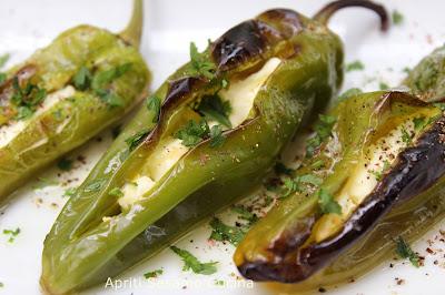 Stuzzichino di friggitelli ripieni di formaggio feta. Cucina greca