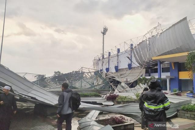 Stadion Arcamanik Luluhlantak Diterjang Angin Kencang