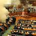 Diputados kosovares lanzan bombas lacrimógenas en sesión del Parlamento