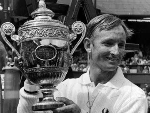 Rod Laver segura troféu conquistado em Wimbledon