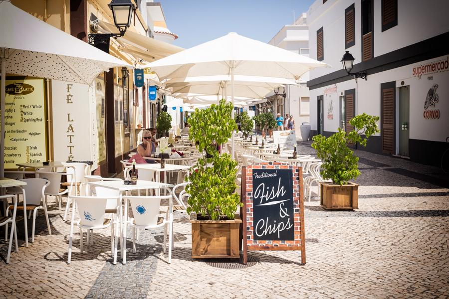 Terraza típica de un restaurante en Villa Real
