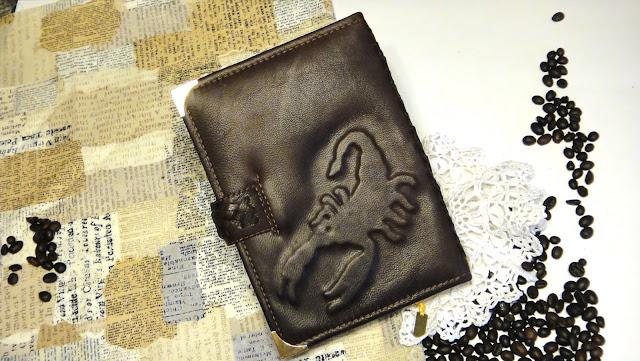 Ежедневник ручной работы - подарок мужчине скорпиону. натуральная кожа, овчина; рельефное изображение скорпиона и фамилия владельца на обложке. Доставка почтой или курьером