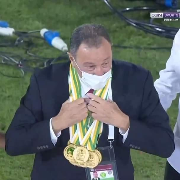 لاعبو الأهلى يهدون ميدالياتهم الخطيب