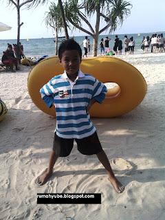 mikhael bergaya di pantai bandengan