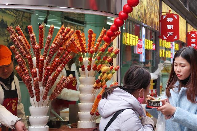 beli tanghulu di wangfujing snack sreet