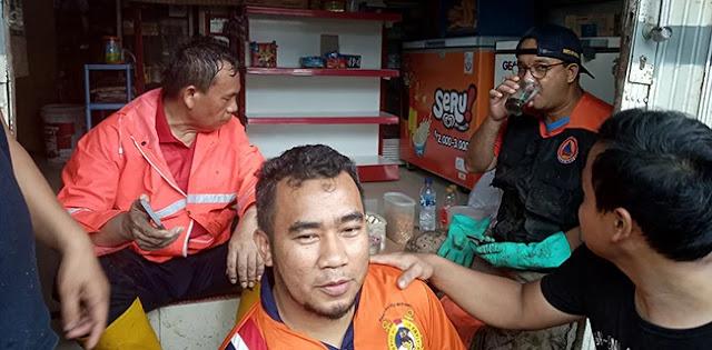 Gotong Royong Bareng Warga, Gubernur Anies Dapat Hadiah