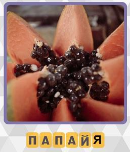 фрукт папайя разрезанная на несколько кусочков