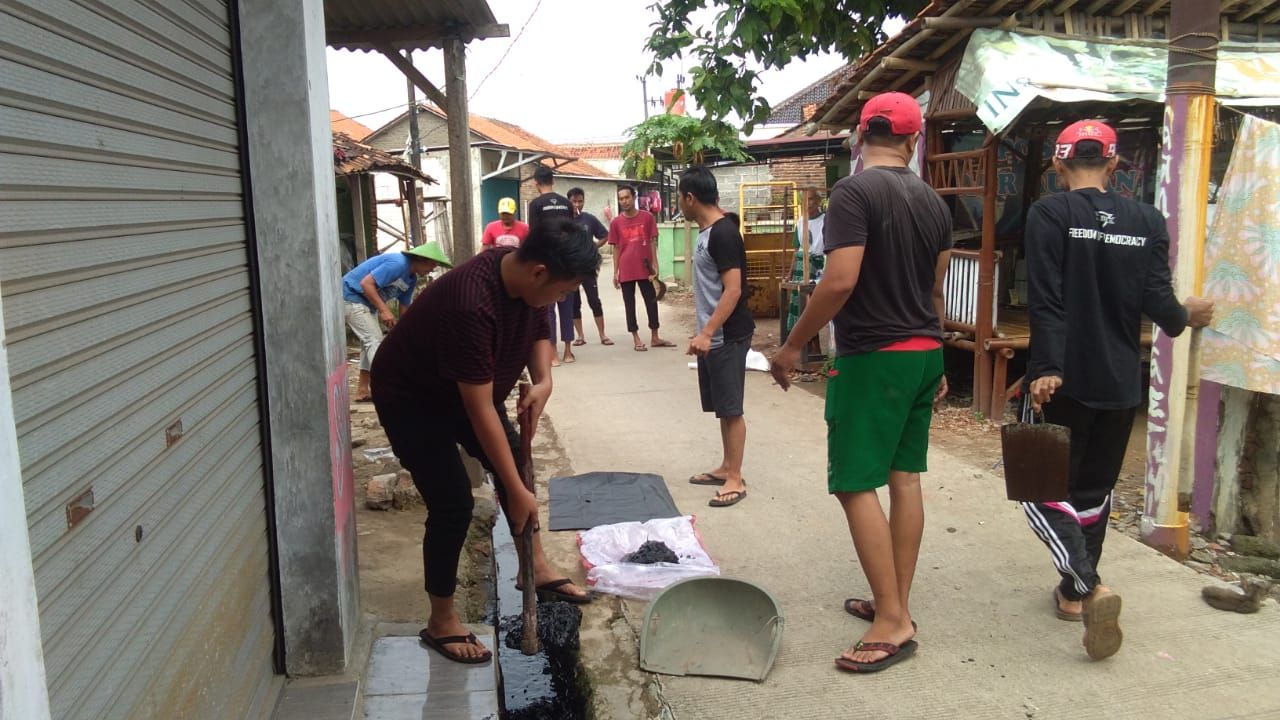 Bentuk Kepedulian Warga Lakukan Gotong Royong Bersihkan Gorong-Gorong - BantenNet.com
