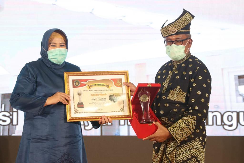 Sekda Batam Menerima Penghargaan Pemantun Kehormatan Pada Anugerah Pantun Mutiara Budaya Indonesia 2020