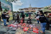 FJM Kembali Unjuk Rasa, Puluhan Jurnalis Tabur Bunga di Kantor Wali Kota Medan
