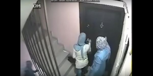كاميرا مراقبة تفضح 3 فتيات يقمن بشيء غريب على سلم عمارة .. تأكدن من خلوا المنطقة من الناس ليأخذن راحتهن في هذا الفعل المشين!