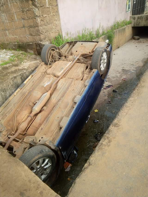 Couple and their kid survive as car runs off the road and flips into drainage in Anambra (photos)