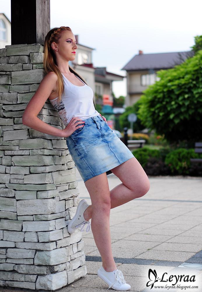 Spódnica jeansowa z marmurkowych rurek DIY, biała bokserka z koronką, różowa narzutka, białe trampki
