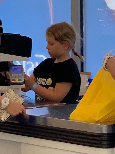 9-ти летняя девочка работает кассиром в супермаркете, в какой стране такое возможно?