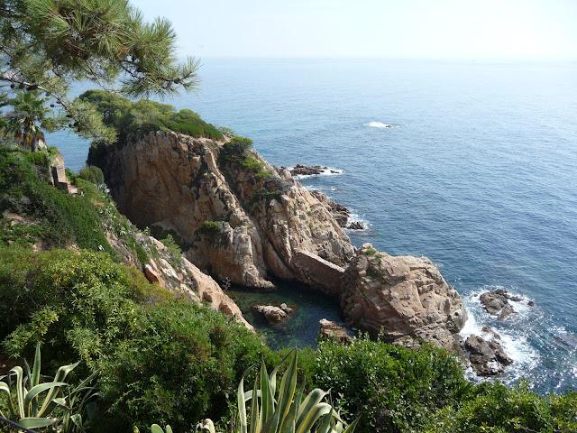 Вид на Средиземное море с верхней террасы ботанического сада Маримуртра в Бланесе