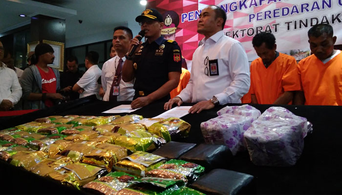 Polisi membeberkan hasil penangkapan 38 kilogram sabu yang dikirim dari Malaysia.
