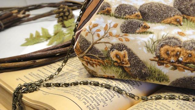 Женская сумочка на осень Ежики. Сумка клатч бежевая анималистика. Подарок девушке