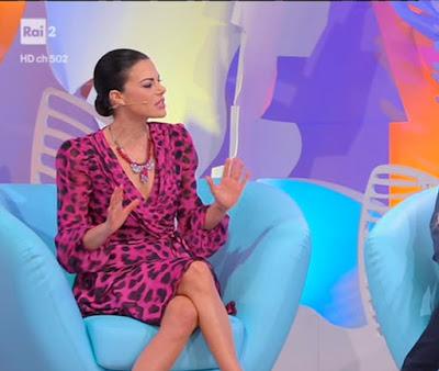 Bianca Guaccero seduta sul divano abbigliamento detto fatto