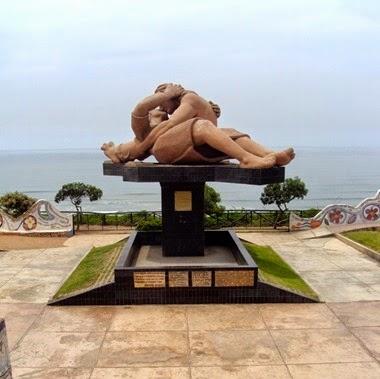 Escultura El Beso de Victor Delfin, no Parque do Amor- Lima
