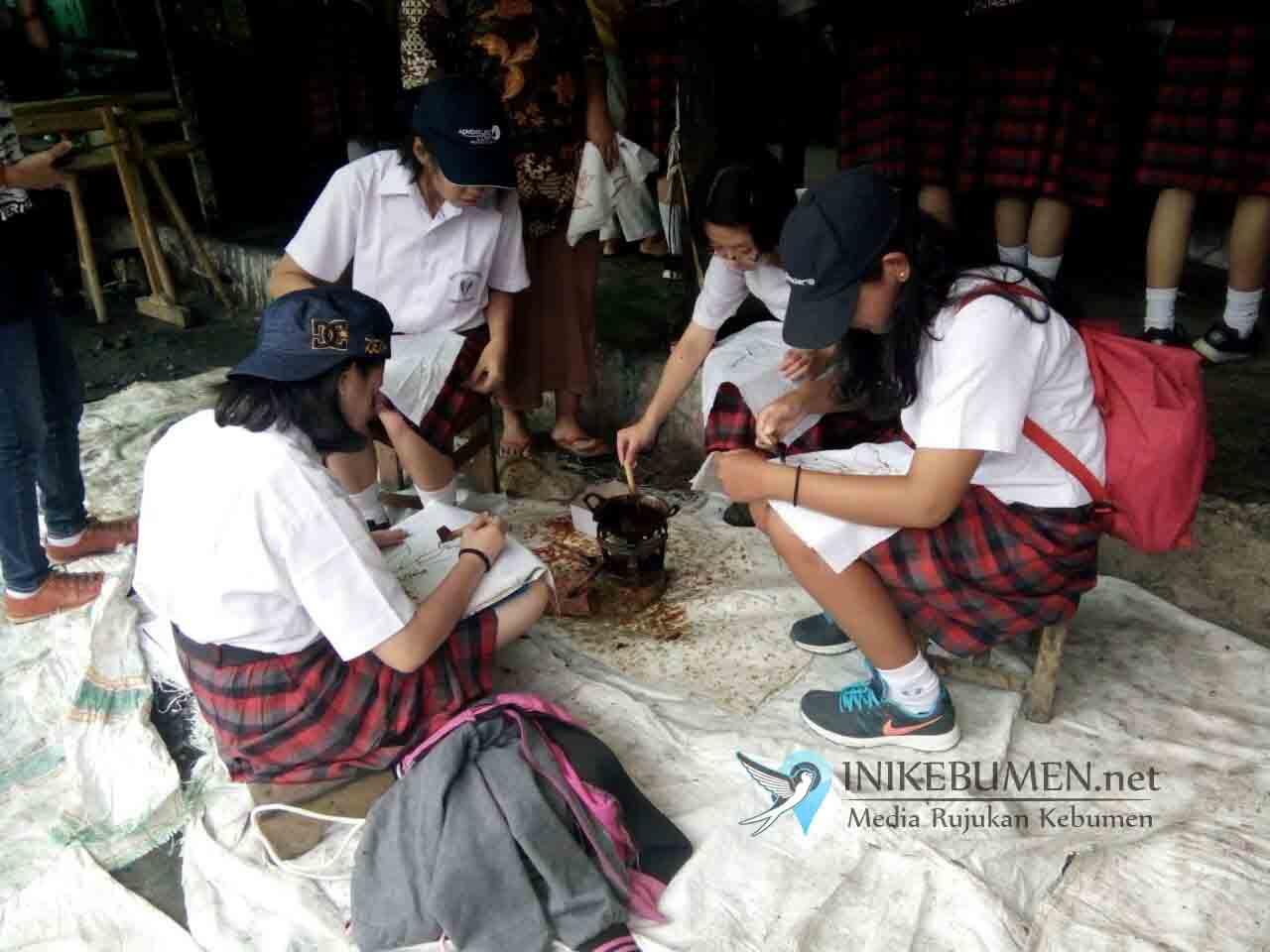 Siswa SMA Tarakanita Tangerang Studi Lapangan di Alun-alun Kebumen
