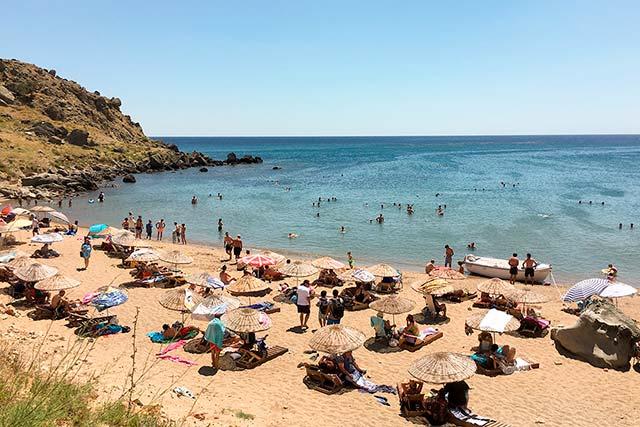Gökçeada Laz Koyu, adanın en güzel plajlarından birine sahip.