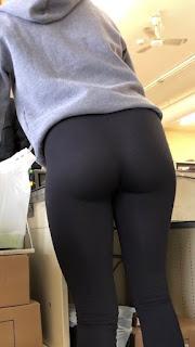 Bella joven mujer cola redonda leggins