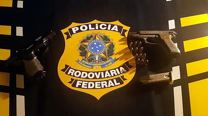 PRF prende criminoso com pistola argentina e uniformes policiais em Rosário do Sul