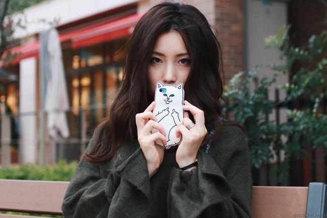 ファッションブロガー日本人、今日のコーデ、ZARAフレアロングスリーブニットトップス、CHOIESフロントボタンAラインスカート、RE:EDITフェイクファー付きローファーミュールバブーシュ、ブルーキルティングバッグ、楽ちんカジュアルフェミニンコーデ