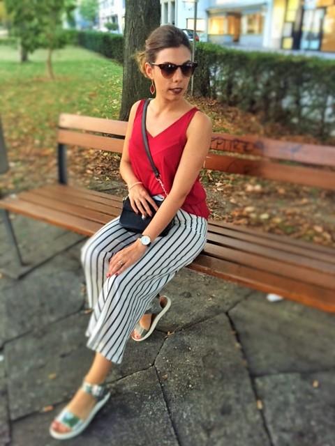 Outfit mit gestreiften Hosen und rotem Top