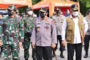 Sambil Serahkan Bansos, Panglima TNI dan Kapolri Turun Langsung Sosialisasikan Vaksin Keliling