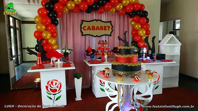 Decoração provençal simples para festa de aniversário tema Cabaré com cortinas e elipse