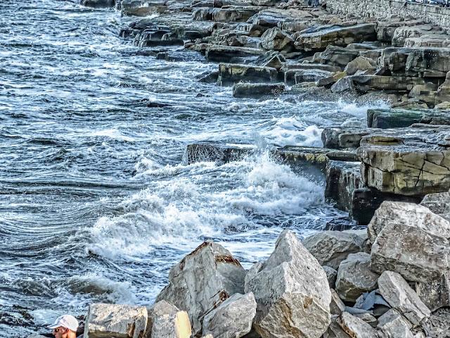 El mar salpicando la costa rocosa en Mar del Plata