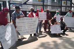 Lambatnya DPRD Sumut Respon Surat, Pensiunan Membentangkan Spanduk di Depan Gedung