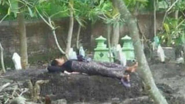 Anak meninggal dunia, ibu tidur atas kubur anak terlalu rindu