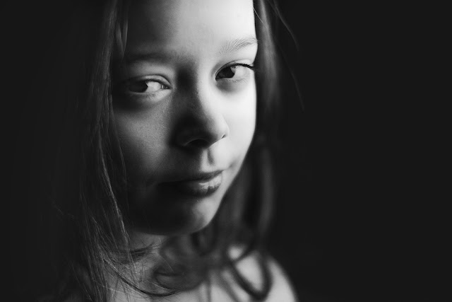 Natural light black and white portrait image of a girl captured with the fujifilm xt1 and Fujinon 35mm by Willie Kers