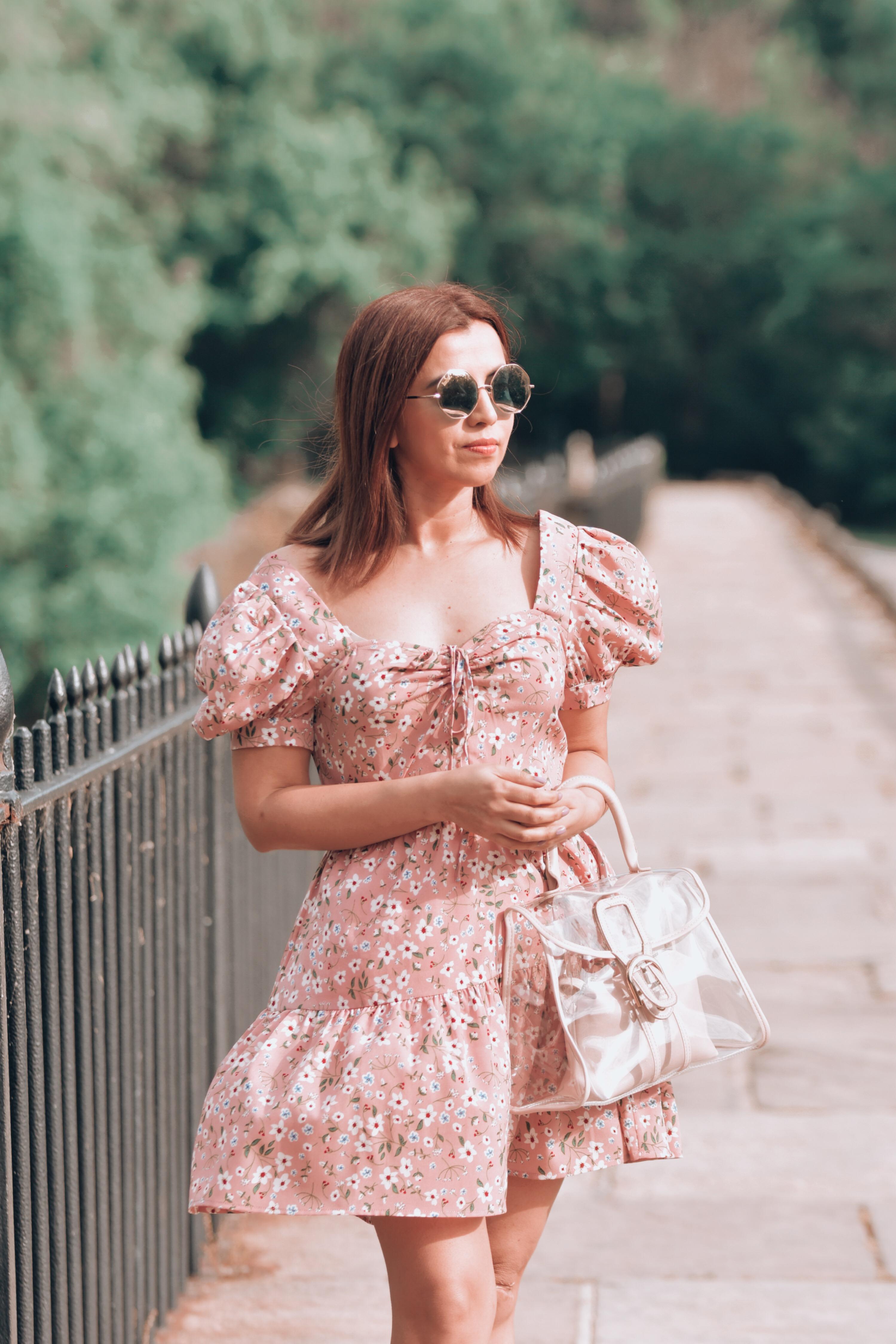 Vestido con estampado floral y dobladillo con volantes en el frente by Mari Estilo-como crear outfits desde cero-como combinar vestidos de verano-vestidos de verano corto-marisolflamenco-crear outfits-como verte siempre arreglada-