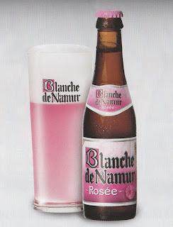 Une bouteille de Blanche de Namur rosée et son verre
