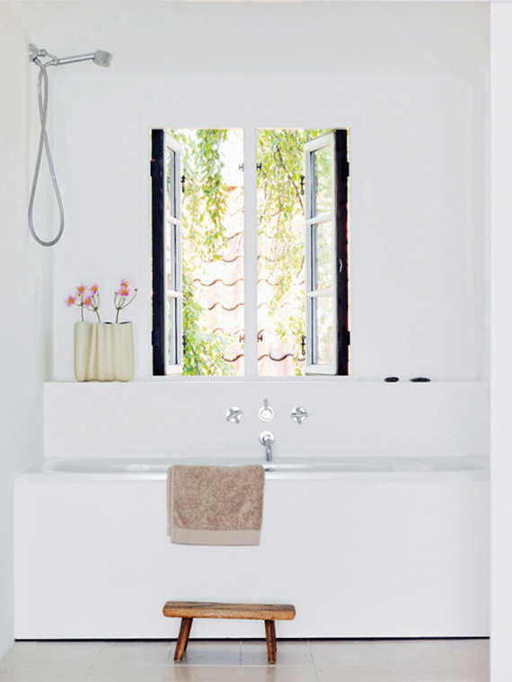Wooden bathroom stool | Image by Risi Sæther via Vårt Nya Hem