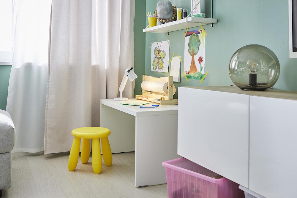 Nuevo catálogo IKEA 2020, salón con escritorio para niños pequeños