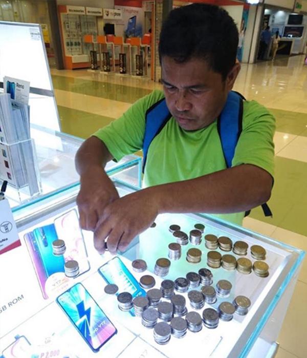 Soerang bapak asal Filipina belikan ponsel baru untuk anaknya pakai uang koin