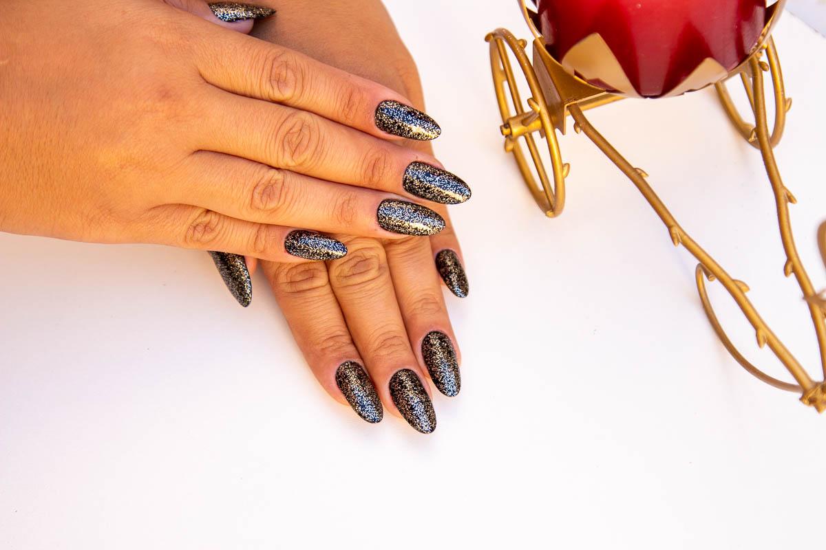 Alongamento em acrílico: unhas pretas com glitter