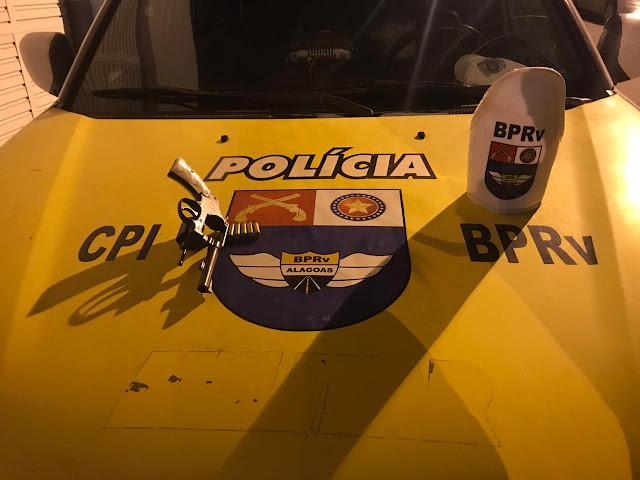 Em Olho D'Água das Flores, durante operação, BRPv apreende arma de fogo na AL-130