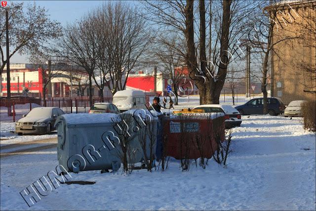В столице Беларуси - Минске наступил Новый Год. Ничего не поменялось. Всё - по-прежнему. Малоимущие копаются в мусорках