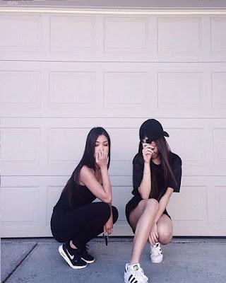 amigas posando en la calle
