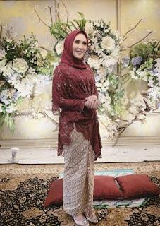 Model kebaya brokat modern hijab warna maroon