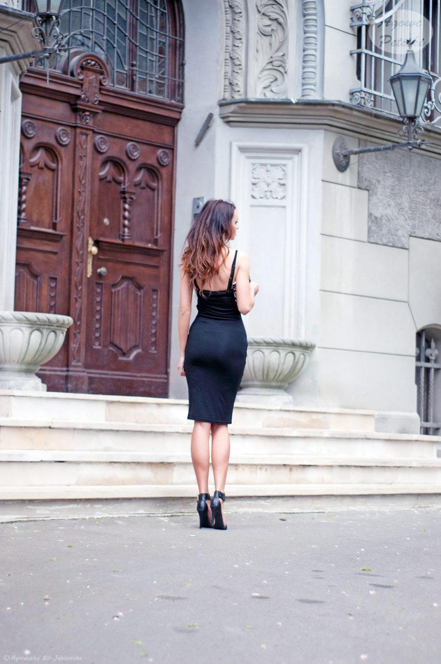 4d19bfbd49 Czarna sukienka o idealnej długości nie potrzebuje zbyt wiele by wyglądać  efektownie. Kopertówka w cętki i czarne szpilki