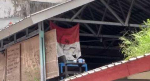 Bendera Merah Putih Berlogo Palu Arit Berkibar di Kampus