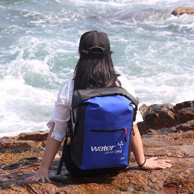15 Perlengkapan Wisata Pantai Yang Wajib Kamu Bawa - Tas Ukuran Sedang atau Kecil