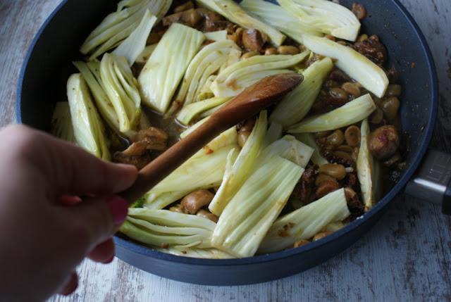 kurczak pieczony,skworcu,woj len,olej lniany,fenkuł,koper włoski,rzodkiewka,bób,suszone pomidory,śliwka suszona,pollo,pomodori secchi,